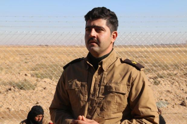 El teniente Kameran Ahmad habla a la prensa después de que los civiles iraquíes llegaran a la región de Maktab Khalid cerca de Kirkuk, Irak, el 7 de diciembre de 2016 [Ali Mukarrem Garip / Agencia Anadolu]