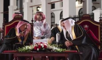 Rey de Arabia Saudí, Salman bin Abdulaziz Al Saud (I) se reúne con el Rey de Bahrein, Hamad bin Isa Al Khalifa (D) en el Palacio Al-Sakhir en Manama, Bahrein el 7 de diciembre de 2016 [Bandar Algaloud / Agencia Anadolu]