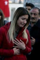 Una mujer llora mientras las personas dejan claveles para las víctimas de los ataques terroristas de Estambul cerca de la Arena Vodafone en el Besiktas de Estambul el 11 de diciembre de 2016 [Agencia Onur Çoban / Anadolu]