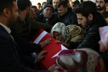 Los familiares del agente de policía Suleyman Sorkut, víctima de los ataques terroristas de Estambul, se lamentan en el ataúd durante el funeral en el distrito de Siverek de Sanliurfa, Turquía, el 11 de diciembre de 2016 [Mehmet Fatih Aslan / Anadolu Agency]