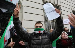 PARIS, FRANCIA - 13 DE DICIEMBRE: La gente grita eslóganes mientras que ponen una protesta, condenando masacres y ataques en Alepo de Siria sobre civiles delante de la embajada rusa en París, Francia el 13 de diciembre de 2016. (Mustafa Sevgi - Agencia de Anadolu)