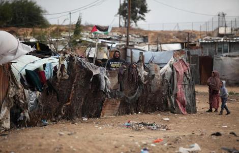 KHAN YUNIS, GAZA - 14 DE DICIEMBRE: El invierno ha llegado a Gaza y los habitantes de Khan Yunes lo llevan como pueden el 14 de diciembre de 2016. (Ashraf Amra - Agencia Anadolu)