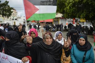 GAZA, 27 DE DICIEMBRE: Trabajadores palestinos sostienen pancartas y gritan consignas mientras marchan hacia la Oficina de Coordinación de las Naciones Unidas (UNSCO) durante una protesta contra el bloqueo israelí de Gaza, en la Ciudad de Gaza, Gaza el 27 de diciembre de 2016. (Mustafa Hassona - Agencia Anadolu)