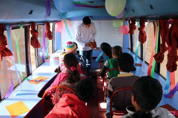 IDLIB, SYRIA- ¡Esto no es ningún autobús ordinario! Estos autobuses móviles están viajando por Siria recogiendo a los niños deseosos de continuar su educación como la guerra estragos a su alrededor