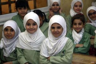JARTÚM , SUDAN- Las jóvenes sirias, refugiadas de la guerra, estudian duro en su nueva escuela en.