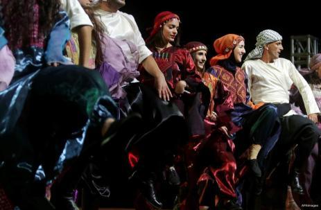 RAMALA, CISJORDANIA: Los palestinos bailan Dabka durante el Festival Birzeit Nights en la Universidad de Birzeit