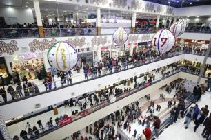BASORA, IRAk- 31 DE DICIEMBRE: El pueblo iraquí pasea por el centro comercial más grande de la ciudad durante las Fiestas de Año Nuevo en Basora, Irak el 31 de diciembre de 2016. (Agencia Haider El-Sadi - Anadolu)