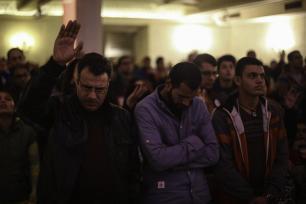 CAIRO, EGIPTO - 31 DE DICIEMBRE: Los cristianos que viven en el Cairo asisten a una misa religiosa en la Iglesia Evangélica de Kasr El Dobara para celebrar el Año Nuevo en El Cairo, Egipto el 31 de diciembre de 2016. (Mohamed El Raai - Anadolu Agency)
