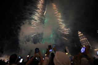 DUBAI, EMIRATOS ÁRABES UNIDOS - 31 DE DICIEMBRE: Los fuegos artificiales del Año Nuevo en el Burj Khalifa, la torre más alta del mundo en Dubai el 31 de diciembre de 2016. (Mahmoud Khaled - agencia de Anadolu)