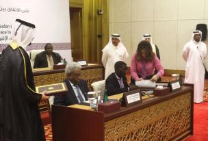El vicepresidente de Sudán, Amin Hassan Omar (2º I) y el líder del Movimiendo de Liberación de Sudán (SLM-SR) Abu Al Qasim Imam (2ª D) firman un acuerdo en el marco de paz en Doha, Qatar, el 23 de enero, 2017 (Ahmed Youssef Elsayed Abdelrehim - Agencia Anadolu)