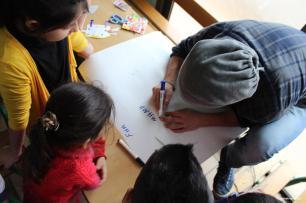 """Niños sirios asisten a las clases del programa """"Educación para la paz"""" que imparte una ONG libanesa. (Basmh wa Zeytoon)"""