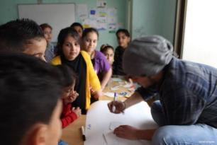 """Niños sirios asisten a las clases del programa """"Educaación para la paz"""" que imparte una ONG libanesa. (Basmh wa Zeytoon)"""