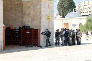 Los enfrentamientos estallan en la mezquita de Al-Aqsa cuando las fuerzas israelíes abren dos puertas a turistas y colonos durante los últimos diez días del mes sagrado musulmán del Ramadán, obligando a los israelíes a detener las visitas de los colonos hasta después del Eid.