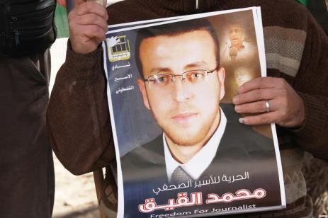 """El periodista palestino Mohammed al-Qeeq es liberado de la detención administrativa israelí tras una huelga de hambre de 94 días. Al-qeeq fue arrestado por Israel acusado de """"incitación""""."""