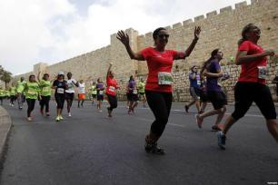 Israel lanza el sexto maratón internacional en Jerusalén. Los arreglos del maratón impiden que los musulmanes accedan a la mezquita de Al-Aqsa para realizar las oraciones del viernes.