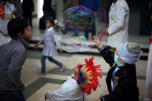 GAZA, FRANJA DE GAZA: Médicos palestinos juegan con niños enfermos
