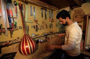 BEIRUT, LÍBANO: El refugiado sirio Khaled Bashar Al-Halabi continúa su negocio familiar en la capital libanesa.