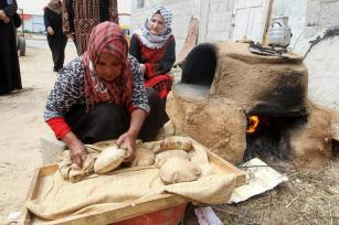 KHAN YUNIS, GAZA: Los palestinos rompen pan en el Día de la Tierra.