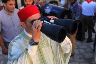 ÚNEZ, TÚNEZ: ¿Ser o no ser? Mirando a la luna para declarar el fin del Ramadán.