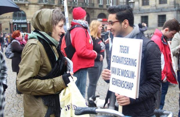 Los ciudadanos participan en una manifestación contra la islamofobia y el racismo durante el Día Internacional de Acción contra el Racismo en la Plaza Dam de Amsterdam, (Holanda), el 18 de Marzo de 2017. (Abdullah Aşıran – Agencia Anadolu)