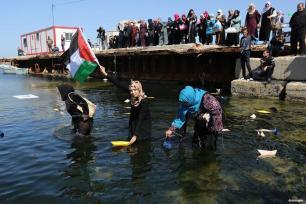 GAZA, PALESTINA- Mujeres palestinas conmemoran el Día Internacional de la Mujer enviando flores y cartas al mar Mediterráneo