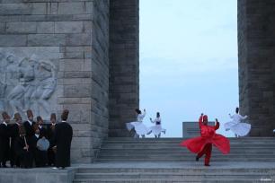 CANAKKALE, TURQUÍA- Los derviches giratorios del Ensemble Sufi de Canakkale Onsekiz Mart (COMU) realizan el baile del Samá durante el 102 aniversario de las Operaciones Navales en la Campaña Dardanelos en el Monumento de los Mártires de Canakkale en la península de Galípoli.