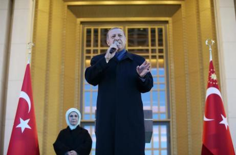 El presidente turco, Recep Tayyip Erdogan, junto a su esposa Emine Erdogan, se dirige agradecido a la multitud tras anunciarse los resultados del referéndum en el Complejo Presidencial de Ankara, Turquía, el 17 de Abril de 2017 [Kayhan Özer / Agencia Anadolu]