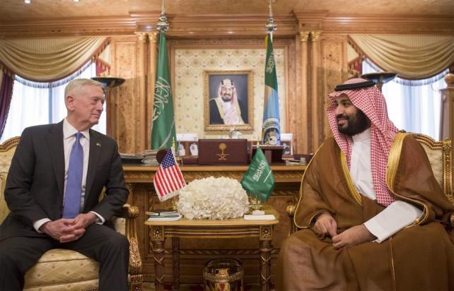 El Secretario de Defensa de Estados Unidos, James Mattis (3er R), se reúne con el Ministro de Defensa de Arabia Saudí, Mohammad Bin Salman Al Saud, durante su visita oficial a Riad, Arabia Saudí, el 19 de Abril de 2017. (Bandar Algaloud - Agencia Anadolu)
