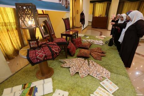 GAZA, PALESTINA- Mujeres palestinas presas participan en una exposición de obras de arte y productos artesanales organizada por el Ministerio del Interior