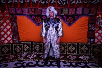 Un hombre, en ropa tradicional, posa para una foto durante el Festival de la Cultura Ethnosports que tiene lugar en la Plaza Yenikapi de Estambul, Turquía el 11 de mayo de 2017 [Onur Çoban / Agencia Anadolu]