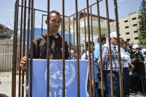 Palestinos se reúnen frente a la oficina de la Organización de las Naciones Unidas para la Educación, la Ciencia y la Cultura (UNESCO) durante una manifestación para mostrar solidaridad con los prisioneros palestinos en las cárceles de Israel. En la ciudad de Gaza, Gaza el 9 de mayo de 2017 [Mustafa Hassona / Agencia Anadolu]