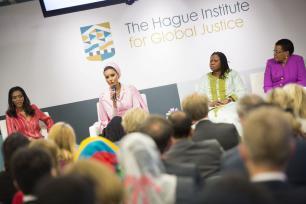 Imagen de Sheikha Mooza (izq) en el Instituto de Justicia Global de La Haya el 18 de mayo de 2017