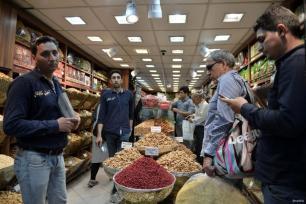 TEHERÁN, IRÁN - 26 DE MAYO: La gente compra en el bazar de Tajrish en Tehran, Irán el 26 de mayo de 2017. (Fatemeh Bahrami - Agencia de Anadolu)