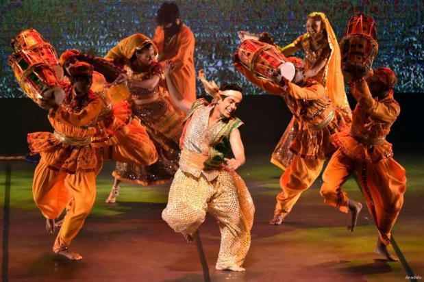 """MERSIN, TURQUÍA- El grupo de danza india """"Nudaharah"""" deleita a las audiencias durante un show cultural que muestra danzas indias y delicias de Bollywood"""