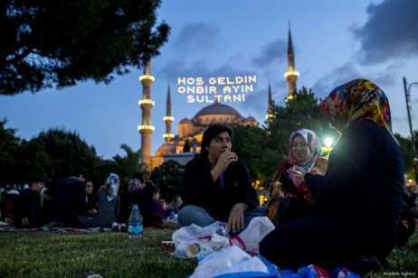 Estambul, TURQUÍA- Turcos toman el iftar en los jardines de la famosa Mezquita Azul