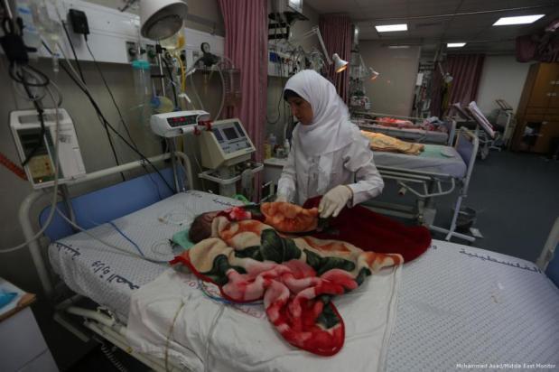 Niños y recién nacidos en la UCI del Hospital Al Shifá de Gaza, el 27 de junio de 2017 (Mohammed Asad/Middle East Monitor)