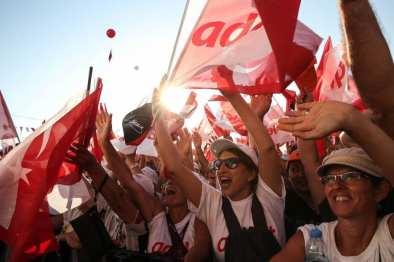 La gente agita las banderas turcas mientras que el principal líder de la oposición, Kemal Kilicdaroglu, pronuncia un discurso en Estambul, Turquía el 9 de julio de 2017 [Onur Çoban / Agencia Anadolu]