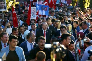 El presidente Erdogán y su mujer Emine caminan junto a los manfestantes en la manifestación que recorrio las calles de Estambul como parte de los actos convocados para el día de la Democracia y la Unidad Nacional, que conmemora el fracaso del golpe de Estado de hoy hace un año. [Kayhan Özer / Anadolu Agency]