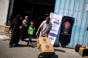 La Agencia de Cooperación y Coordinación de Turquía (TIKA) distribuye suministros básicos en la Ciudad de Gaza, Gaza el 16 de julio de 2017 [Ali Jadallah / Agencia Anadolu]