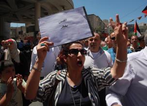 Los palestinos se reúnen fuera de la mezquita Al-Aqsa protestando contra los nuevos detectores de metales instalados en las entradas del recinto el 16 de julio de 2017 [Alkharouf Mostafa / Agencia Anadolu]