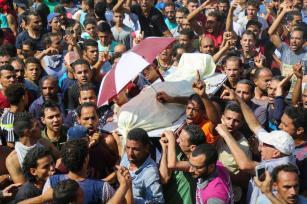 La gente grita consignas durante el funeral de Ali El Gizavi, quien murió durante los enfrentamientos entre fuerzas de seguridad egipcias y los manifestantes. Egipto, el 16 de julio de 2017 [İbrahim Ramadan / Agencia Anadolu]