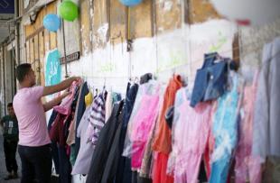 GAZA- ¡El único muro que los palestinos necesitan es un muro de bendiciones! Así que cualquier muro sirve para establecer un mercado de intercambio y que todas y todos acudamos con ropa nueva la celebración del fin de ramadán