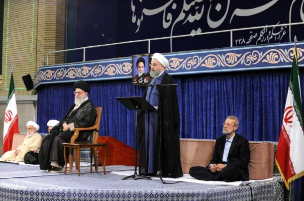 Hassan Rouhani quien fue reelegido en las elecciones presidenciales de mayo de 2017, pronuncia un discurso mientras el líder supremo iraní Ali Khamenei (izquierda 2) y el presidente del parlamento iraní Ali Larijani (D) se sientan a su lado durante la ceremonia oficial en Teherán, Irán. Agosto de 2017 [Oficina de Prensa del Líder iraní / Hoja informativa / Agencia Anadolu]