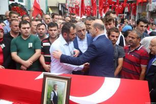 El ministro del Interior turco, Suleyman Soylu, ofrece condolencias a los miembros de la familia de Eren Bulbul, en el funeral en la provincia de Macka de Trabzon, Turquía el 12 de agosto de 2017 [Hakan Burak Altunöz / Agencia Anadolu]