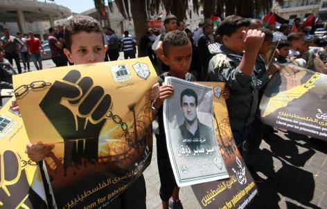 Palestinos participan una manifestación organizada por el Comité de Interés Nacional Palestino en apoyo a los prisioneros palestinos en las cárceles israelíes, en Nablus, Cisjordania el 14 de agosto de 2017 [Nedal Eshtayah / Agencia Anadolu]