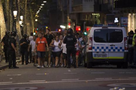 Los agentes de policía evacuan a personas de la zona mientras toman medidas de seguridad en la zona después de que una furgoneta atropellara a la multitud, hiriendo a varias personas en Barcelona el 17 de agosto de 2017 [Gorka Leiza / Agencia Anadolu]