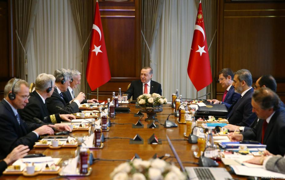 El Presidente de Turquía, Recep Tayyip Erdogan (D), recibe el Secretario de Defensa de los Estados Unidos, James Mattis (I) en el Complejo Presidencial en Ankara, Turquía el 23 de agosto de 2017 [Kayhan Özer / Agencia Anadolu]
