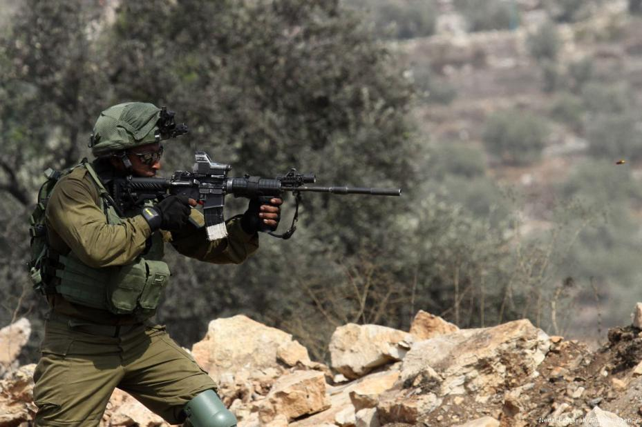 Las fuerzas de ocupación israelíes atacan a los palestinos que se manifestaban en protesta por los asentamientos sionistas ilegales en Nablus, Cisjordania el 25 de agosto de 2017 [Nedal Eshtayah / Agencia Anadolu]