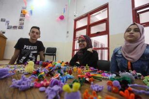 El equipo de voluntarios de LMSA organizó una exposición para mostrar obras de arte de cuatro de sus miembros en la Franja de Gaza el 15 de agosto de 2017 [Mohammed Asad]