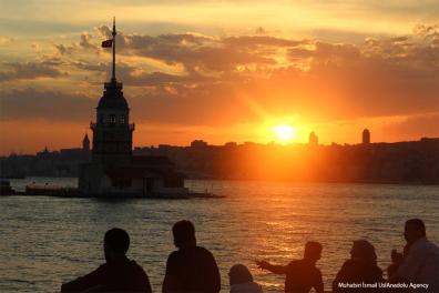 ESTAMBUL - Mirador de la Torre de la Doncella en la playa de Salacakdurante la puesta de sol en un día de verano